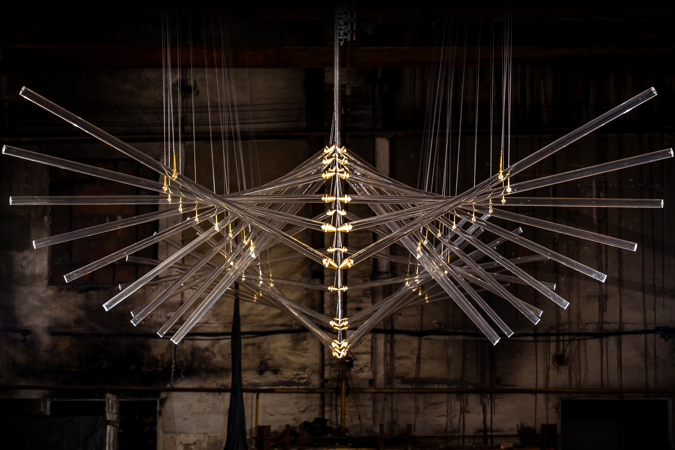 """""""In 20 Steps"""" (2015) de Studio Drift. Verre, bronze, composants électroniques et fil. 12 x 3m."""