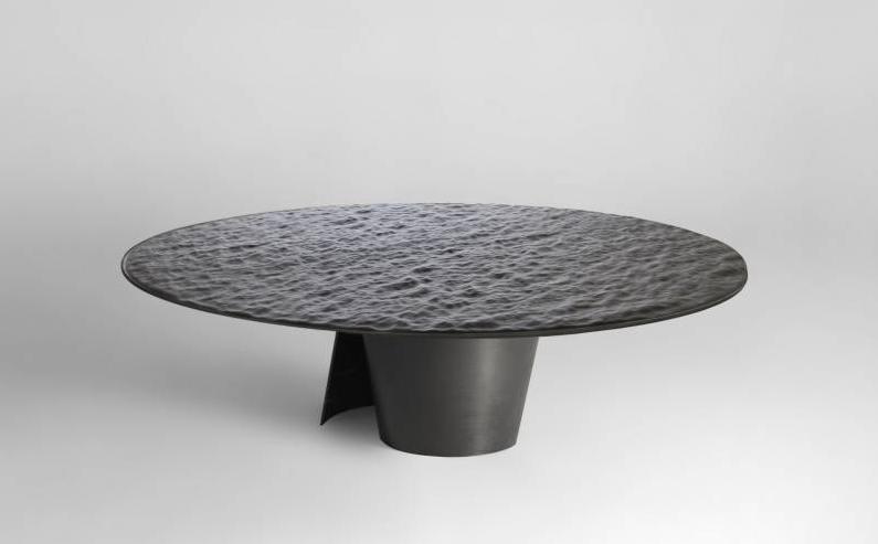 """Table basse """"Mer noire"""" de Damien Gernay. Acier patiné et cuir, 36,5 x 120 cm (ou 150 cm), édition Galerie Gosserez (chaque pièce est signée et datée)."""