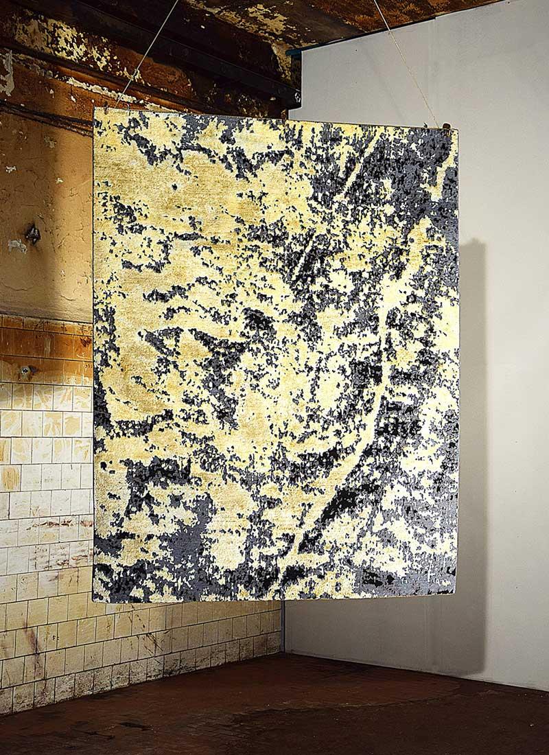 """Le tapis """"Traces"""" conçu par l'architecte et designer Sophie Dries, fabriqué par les ateliers Jan Kath.  Son tissage manuel, issu d'un savoir-faire traditionnel perse originaire du nord de l'Inde, mêle soie et laine, et son motif marbré est inspiré de la maçonnerie et des murs de La Villa Can Lis, de Majorque. Courtesy Sophie Dries."""