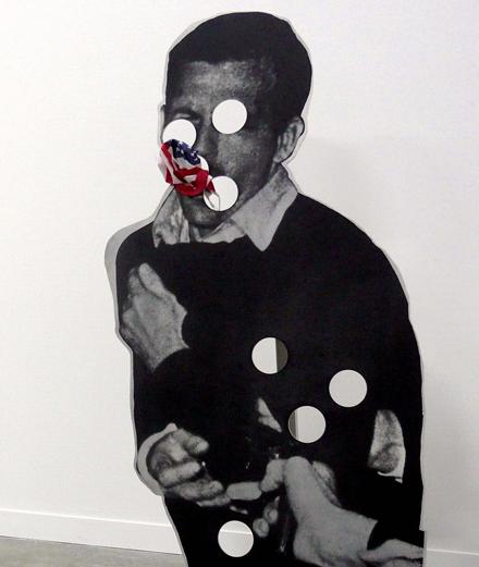 Bluewald (1989) de Cady Noland. Sérigraphie sur aluminium avec drapeau en coton imprimé, 182,8 x 85 x 90,1 cm.
