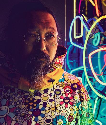 "Takashi Murakami devant l'œuvre ""Arrows and Flower"" (2018) de Takashi Murakami & Virgil Abloh. Écran LED, 123 x 123 cm."