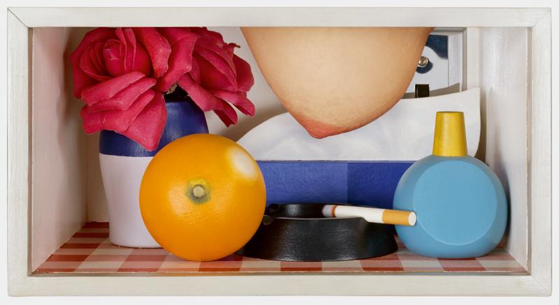 """""""Bedroom Tit Box"""" (1968-70). Huile, acrylique, médias mixtes et sein féminin 15,2 x 30,5 x 21,6 cm."""