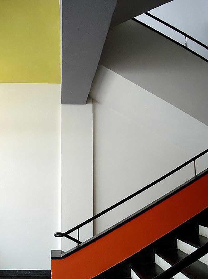 """Un escalier dans l'école """"Staatliches Bauhaus"""", à Dessau, Allemagne."""