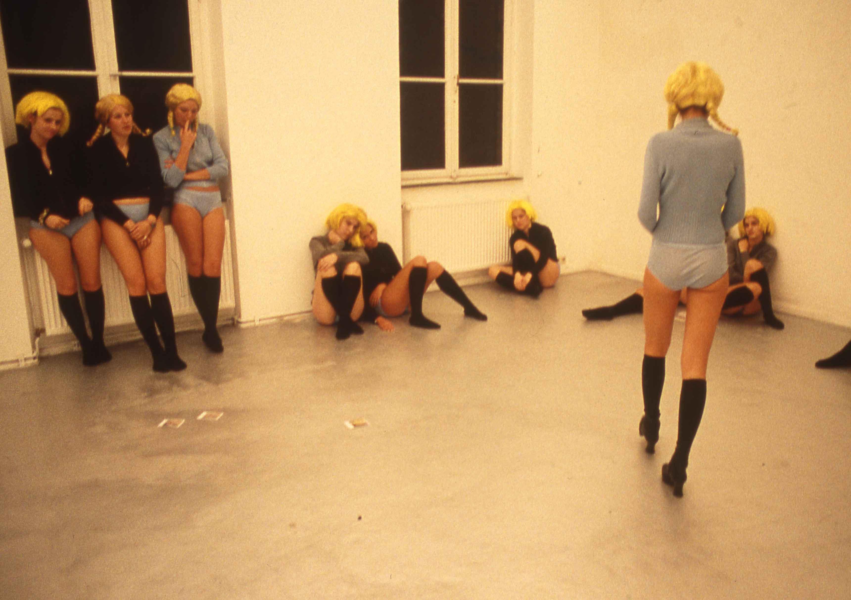 Vue de l'exposition VB09 Ein Blonder Traum de Vanessa Beecroft, 11 novembre 1994, à la galerie Schipper & Krome de Cologne.