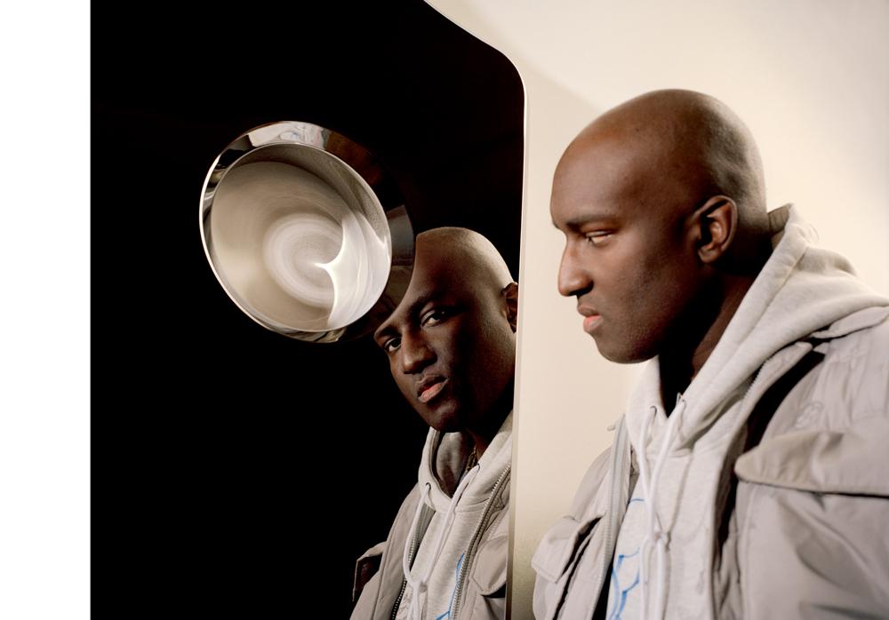 """Virgil Abloh photographié dans son exposition """"Efflorescence"""" à la Galerie Kreo, à Paris, en mars 2020."""