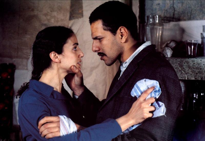 """Fadila Belkebla et Roschdy Zem dans """"Vivre au Paradis"""", de Bourlem Guerdou (1998)."""