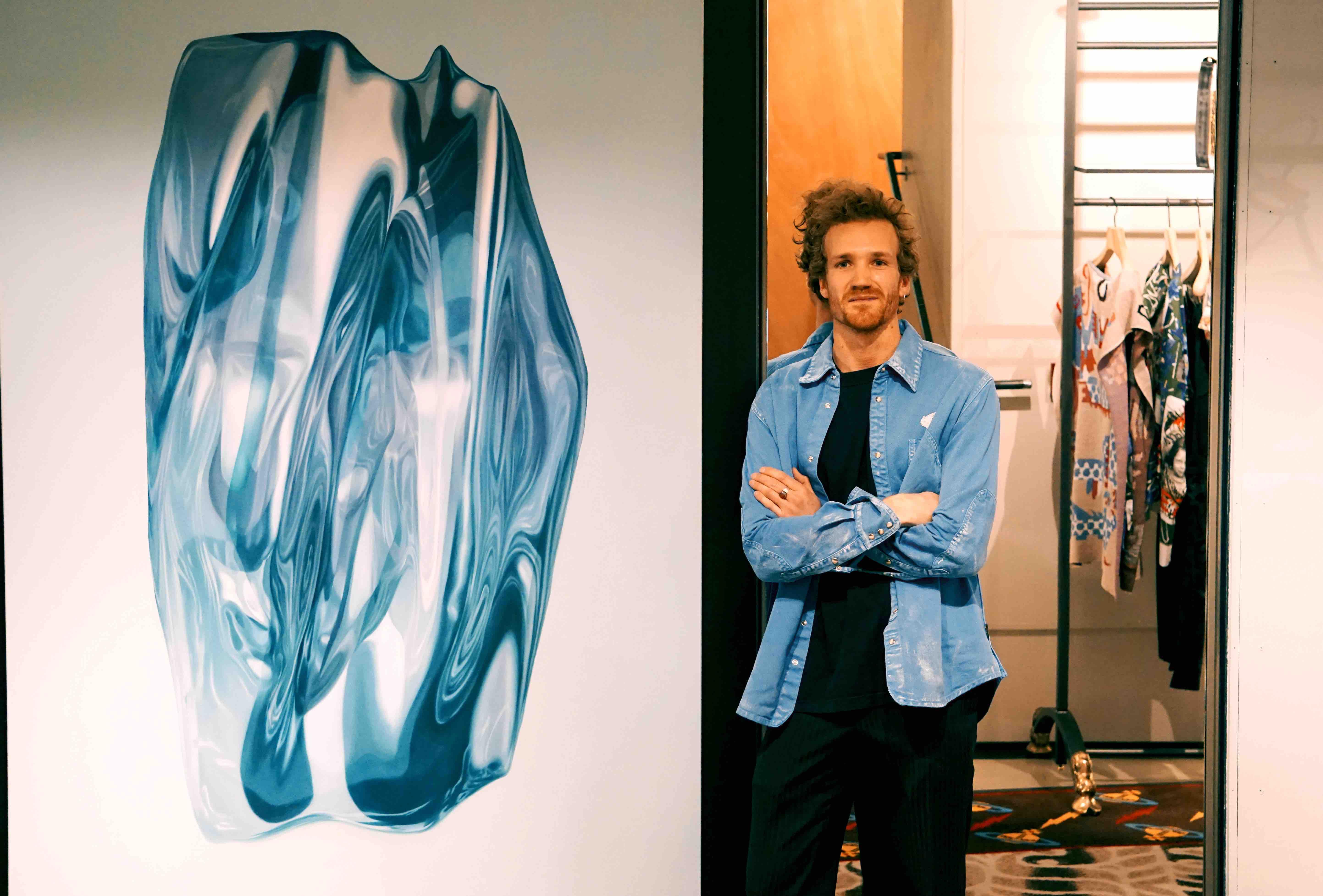 César Bardoux devant l'une de ses œuvres, à la boutique Vivienne Westwood.