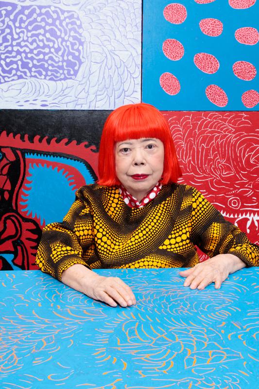 Yayoi Kusama dans son atelier de Tokyo. Photographiée par Kishin Shinoyama. Coiffure et maquillage : Yuya Nara.