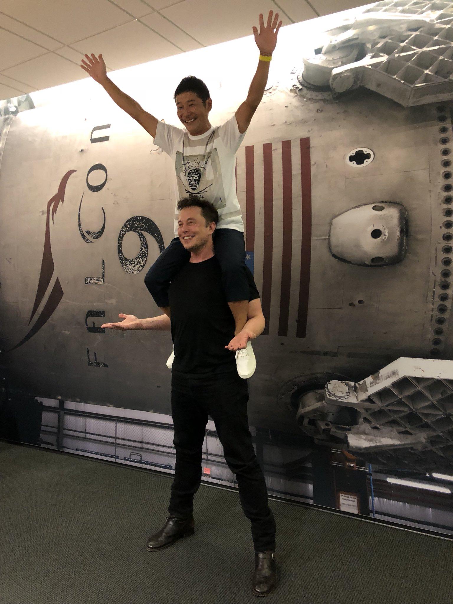 Yusaku Maezawa sur les épaules d'Elon Musk, photo parue sur Twitter.