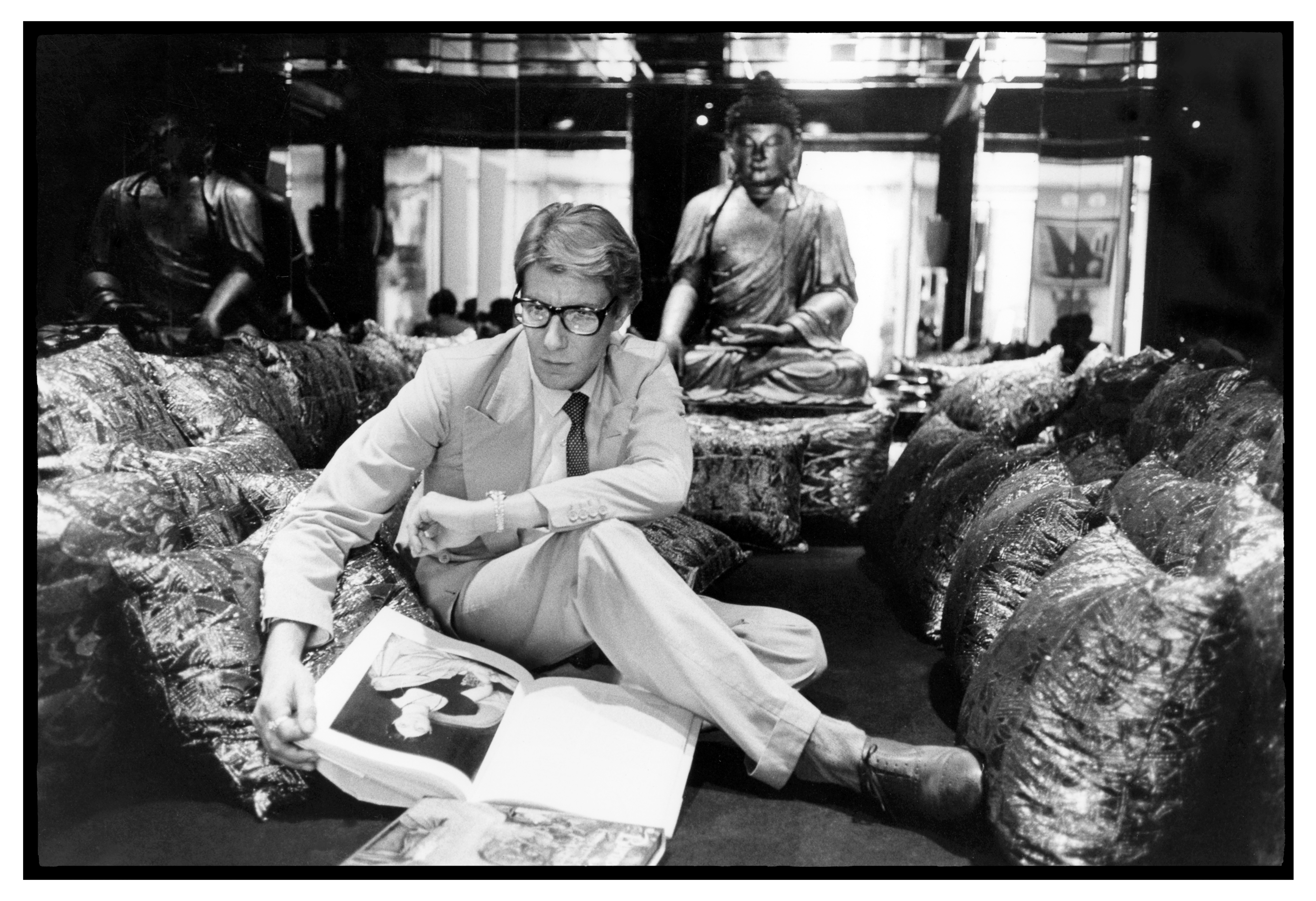 Yves Saint Laurent en 1977 dans son appartement, 55, rue de Babylone, à Paris. Photo : André Perlstein. Collection privée.