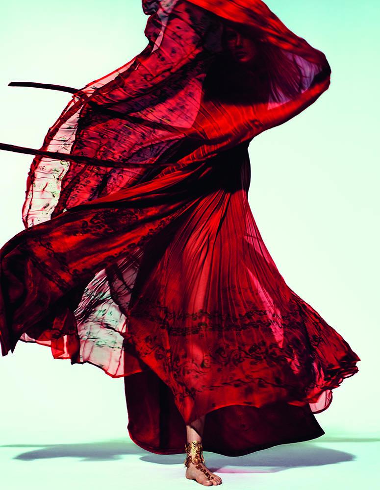 """Longue robe tunique """"Delilah"""" en velours millénaire et mousseline plissée imprimée main or antique, et bijoux de pied, VALENTINO HAUTE COUTURE."""