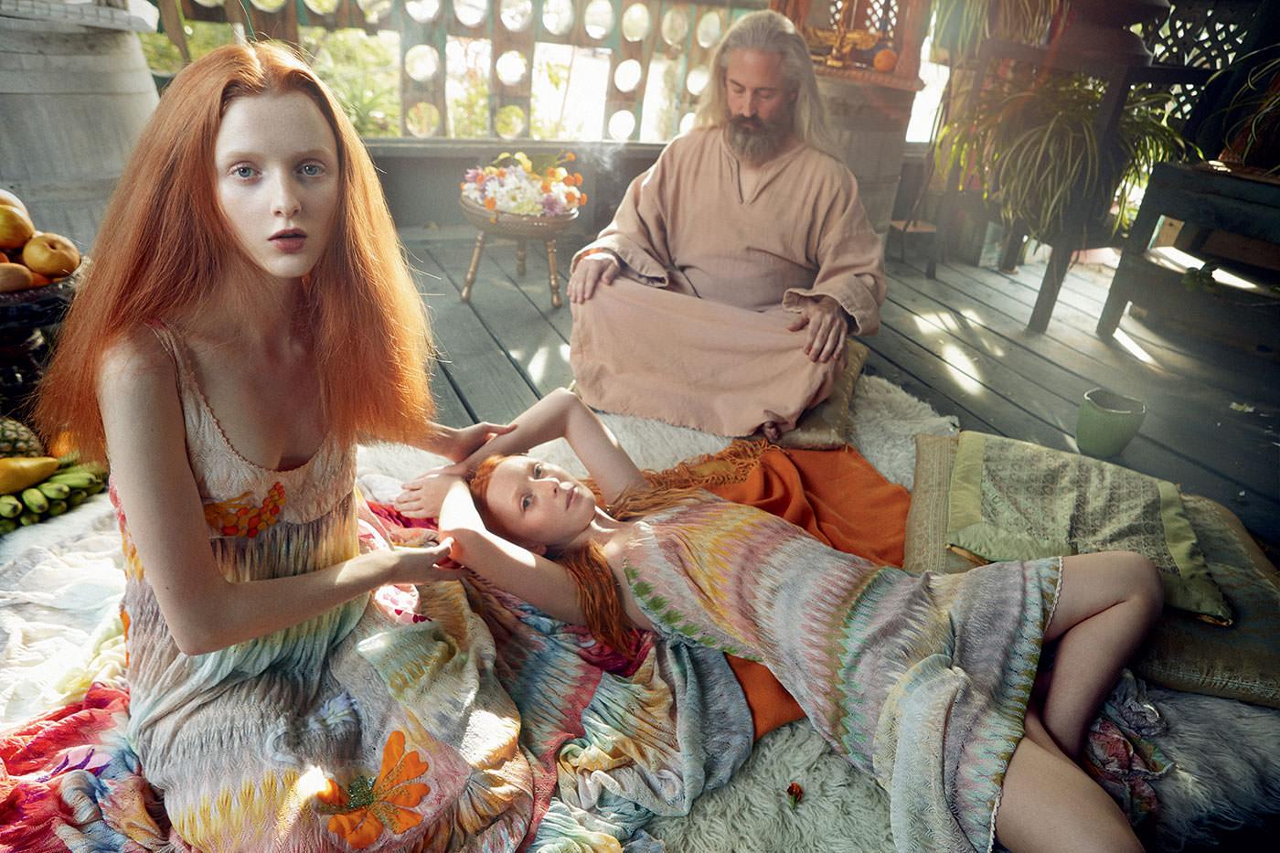 Elles : robes en coton crocheté, MISSONI. Gourou : tunique en lin, PALACE COSTUME.