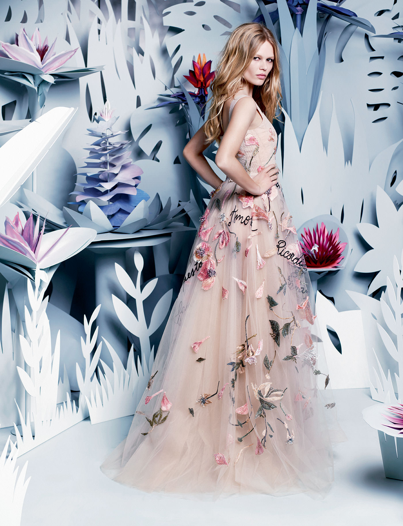 "Robe ""Canzone dell' amore perduto"", nuage de tulle poudre brodé de fleurs fanées, VALENTINO HAUTE COUTURE."