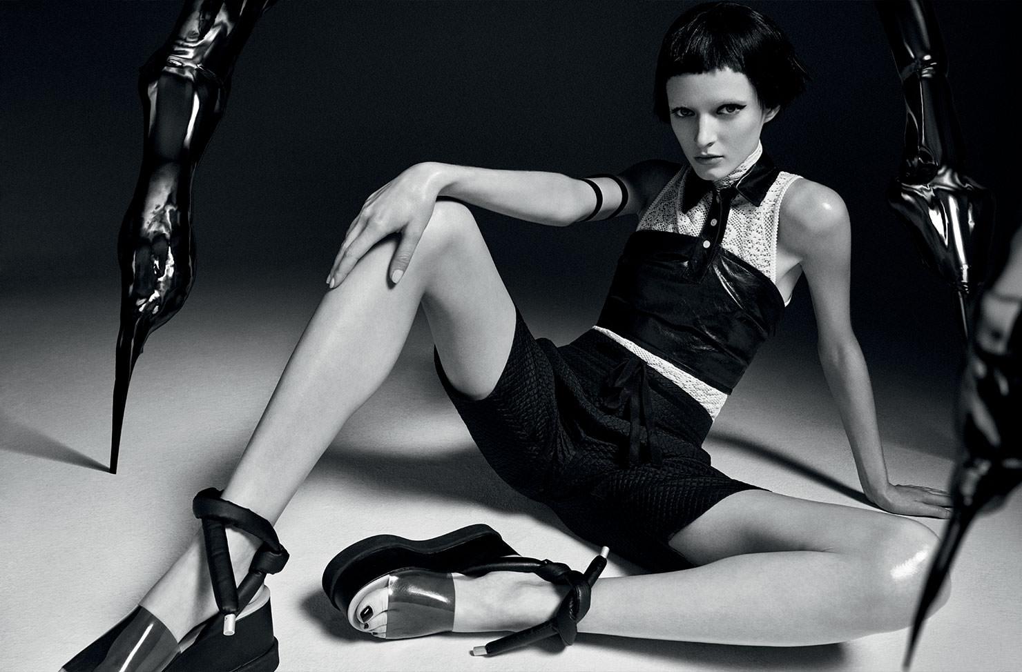 Haut sans manches en dentelle et short en soie, DIOR. Brassière en cuir, HOOD BY AIR. Chaussures, MM6 – MAISON MARTIN MARGIELA. Bracelets, CHROMAT.