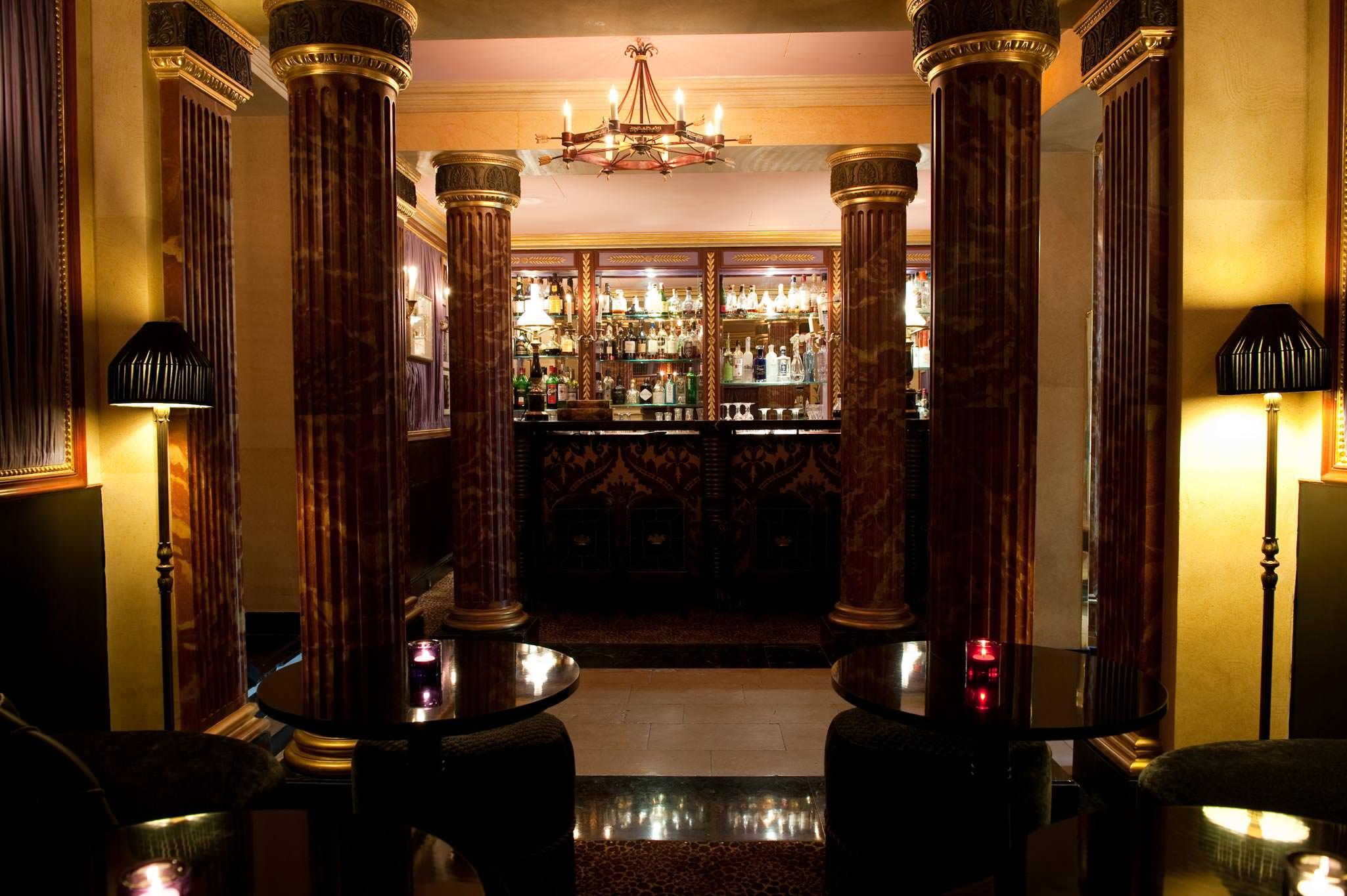 ©AmyMurrell  Tilda Swinton à L'Hôtel  Rue des Beaux-Arts, l'inclassable Hôtel, quartier général des artistes depuis toujours, d'Oscar Wilde, qui y mourut ruiné, à Mistinguett – figures auxquelles l'hôtel a dédié deux suites – est aussi l'adresse parisienne de Tilda Swinton depuis une dizaine d'années. À la carte d'un bar drapé dans le velours et aux salons ultra confidentiels – l'œuvre de Jacques Garcia –, l'actrice signe l'un des cocktails phares de la maison concocté avec le barman Laurent Belay. Une potion mixant champagne, violette et citron vert baptisée The Usual, en référence à la fidélité et aux bonnes habitudes de Tilda et son Hôtel.   L'Hôtel, 13, rue des Beaux-Arts, Paris VIe, tél. 01 44 41 99 00.