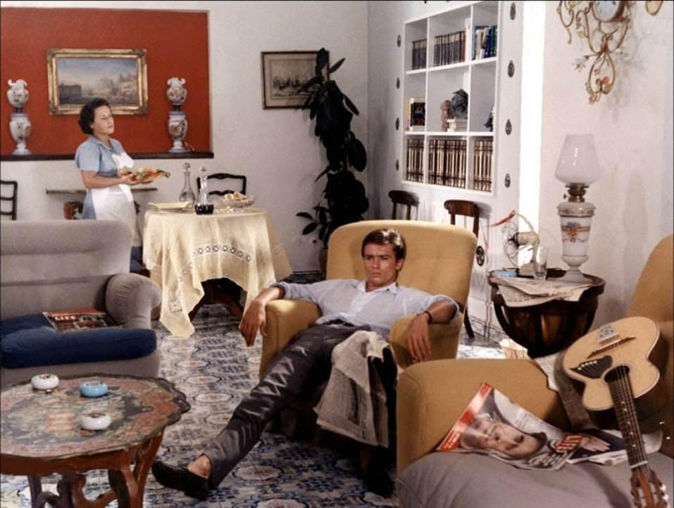 """Alain Delon dansPlein Soleil.  Numéro :À votre arrivée, la marque Carvil était en perte de vitesse, pourquoi avoir accepté la direction artistique ? Frank Charriaut : Carvil possède tout un héritage qui m'a fasciné et que je voulais raviver. Cette maison fait partie du patrimoine parisien, et même français, et elle dispose d'un potentiel incroyable. J'ai été inspiré par cette vision de l'homme à la séduction et à la masculinité affirmée, à l'image du fameux """"play-boy""""chanté par Jacques Dutronc, à une époque où la mode masculine n'était pas aussi développée. Par ailleurs, mon père avait une usine de chaussures dans le sud-ouest de la France, et dans ma jeunesse j'aimais passer mon temps dans les ateliers. Il portait des souliers Carvil et j'ai toujours en tête cette image de lui, séducteur et sûr de lui, qui m'a d'autant plus encouragé à travailler pour cette marque.   L'héritage de Carvil est considérable, comment allez-vous l'utiliserplus de 60 ans après la création de la maison ? L'histoire de Carvil est unique, il suffit de capitaliser sur son ADN. Carvil a séduit de nombreuses stars, aux personnalités très différentes d'Alain Delon à Coluche, françaises, mais aussi internationales comme Charles Bronson, Cary Grant ou Bob Dylan. Aujourd'hui il suffit simplement de la dépoussiérer et je compte m'appuyer sur ses modèles cultes pour redéfinir son identité : la bottine """"Dylan"""" par exemple, le mocassin à pompons """"Charron"""" ou encore le modèle """"Cluny"""" en pécari, immortalisé par Belmondo et ses cascades."""