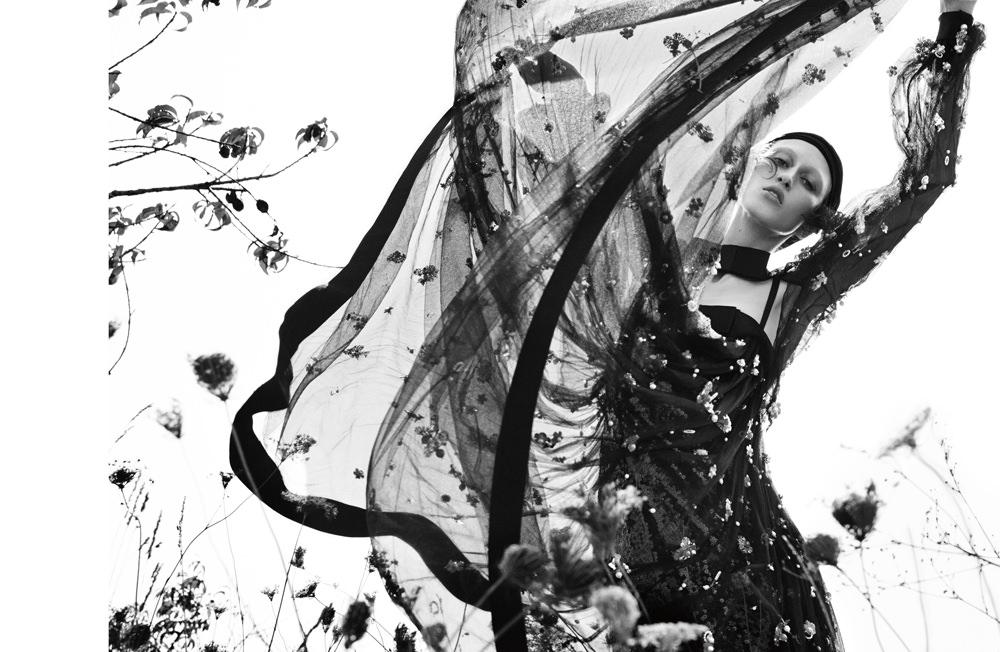 Longue robe bustier et veste en tulle de soie brodé de strass, CHANEL. Turban, NORMA KAMALI.