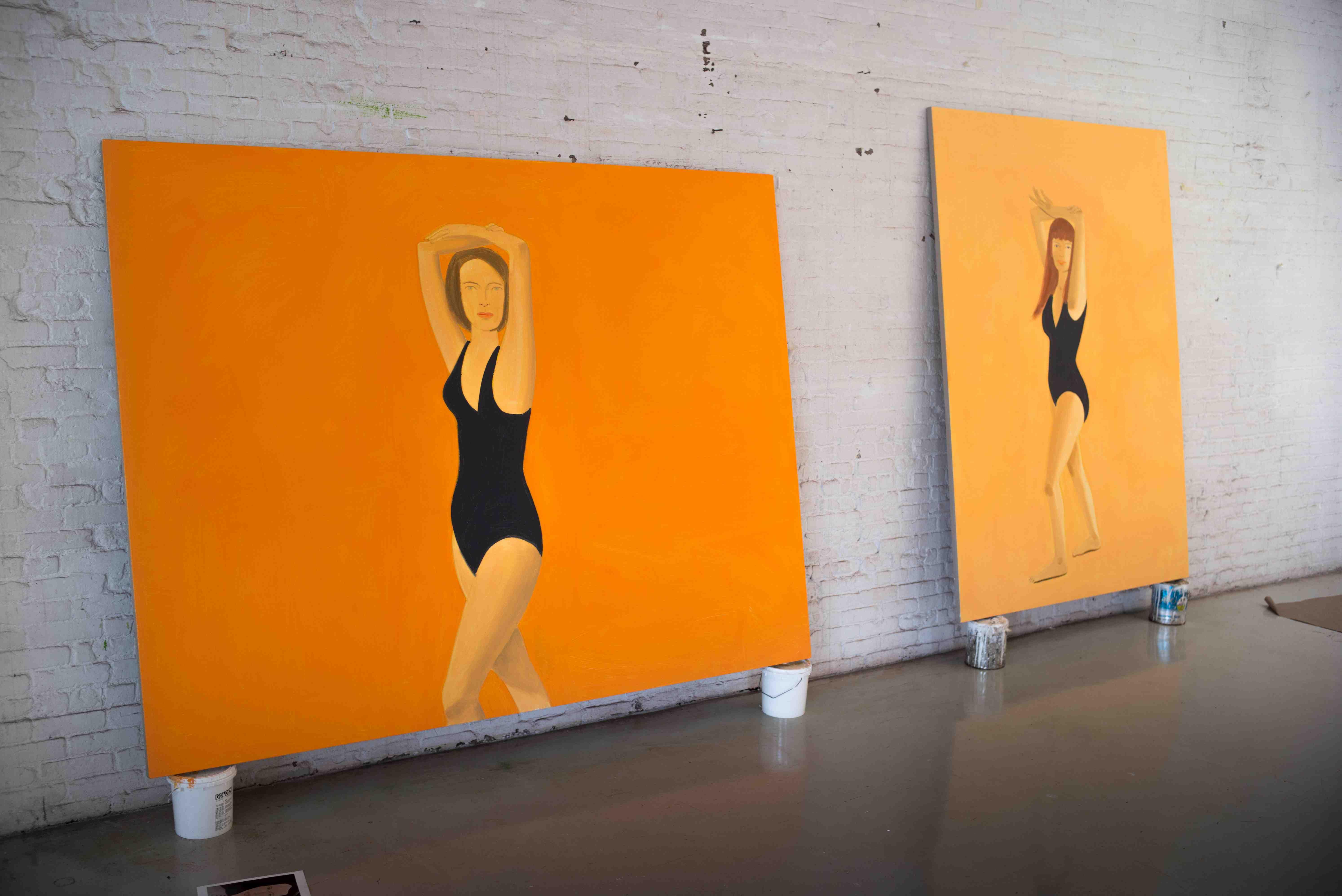 """L'atelier new-yorkais d'Alex Katz photographié par Marcus Gaab pour Numero.com.  La première singularité de ses peintures est bien, en effet, de sembler n'offrir aucune prise au temps qui passe : difficile, en vérité, de dire si telle œuvre date des années 60 ou des années 2000. A fortiori quand le sujet est indémodable : The Black Dress, une grande peinture de 1960, présente six femmes vêtues de la """"petite robe noire"""" chère à toutes les garde-robes féminines. Plus sérieusement, c'est à peine si la manière de peindre la peau et les ombres indique qu'une telle œuvre a aujourd'hui plus de 50 ans. Bientôt, la trace du pinceau disparaîtra totalement dans la réalisation des portraits au profit d'aplats impeccables concourant à un style totalement épuré, proche, peut-être, de l'illustration."""
