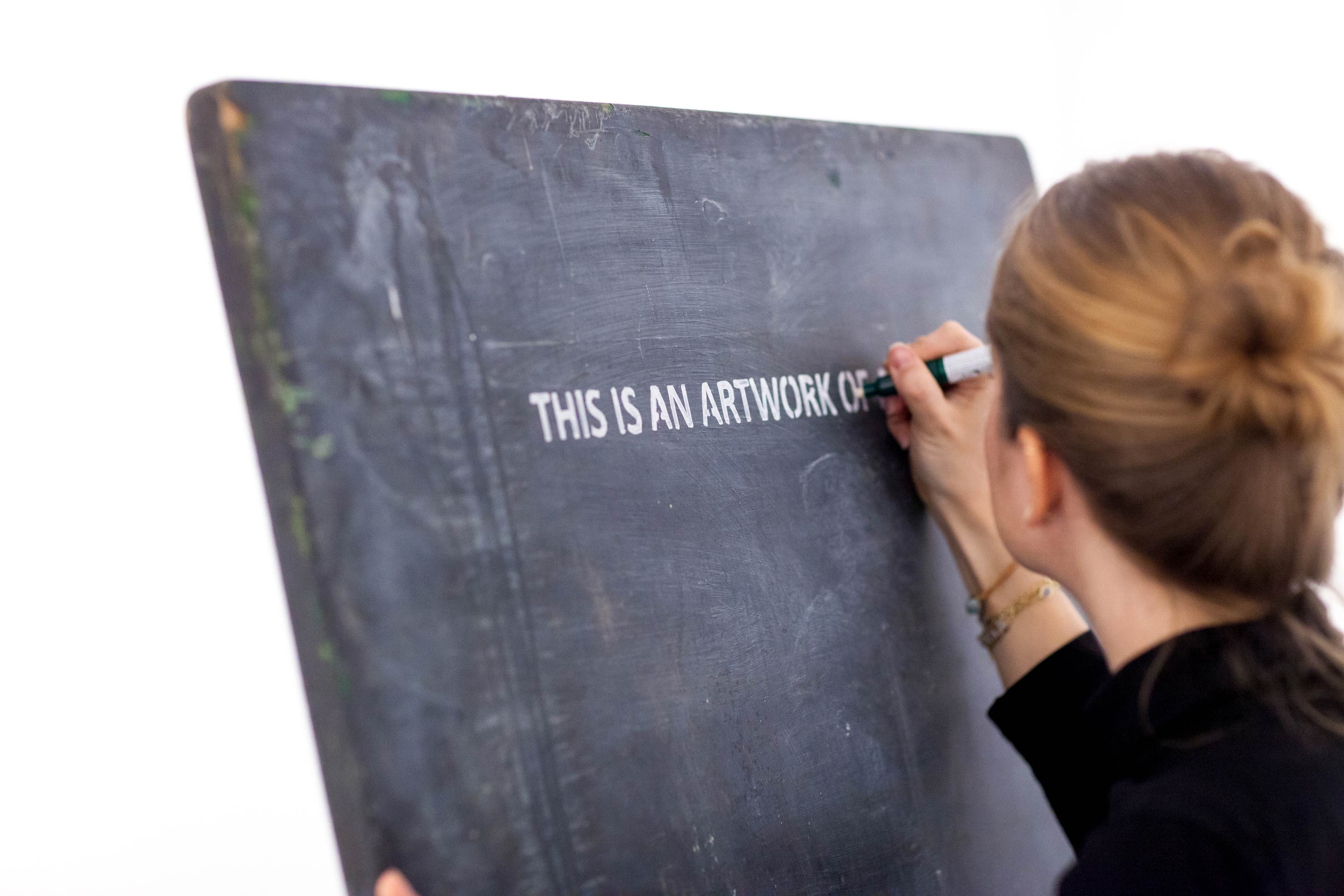 """Performance réalisée au sein du projet """"I am NOT tino sehgal""""à Nahmad Projects.    Pour leur premier projet """"I am NOT tino sehgal"""", les deux associés ont fait appel au célèbre commissaire d'exposition Francesco Bonami pour mettre en place un concept plutôt intrigant: un hommage à Tino Sehgal. L'artiste basé à Berlin est la star incontestée d'un art contemporain bousculant toutes les conventions. Avec Tino Sehgal (qui sera l'invité du Palais de Tokyo en octobre), ni objet matériel ni trace de son travail (photographique ou vidéo)… mais des expériences à vivre.   Des """"situations"""" qui forment des moments chorégraphiés par ses soins où peuvent se mêler chants, danses, déplacements dans l'espace ou simples paroles. Le spectateur ne sachant en général rien de ce qui l'attend, la surprise est totale. La dématérialisation de l'œuvre d'art est à son apogée… Mais elle reste bien à vendre (devant notaire et par oral, sans trace écrite là non plus)."""