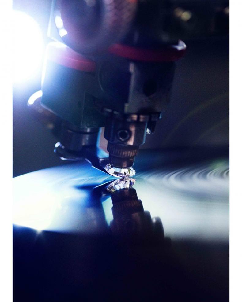 Une machine à polir le diamant.   Photo : Pari Dukovic