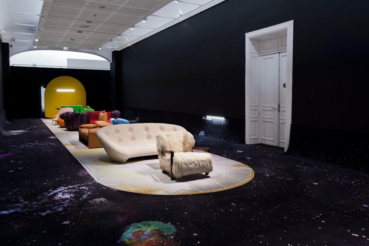 """La """"Salle de réception"""", vaste salon garni de meubles destinés à l'accueil des corps, propose des pièces de Ronan et ErwanBouroullec, d'Eero Aarnio, de Nanna Ditzel, d'Aurélien Froment, de Philippe Nigro…  © Michel Giesbrecht"""