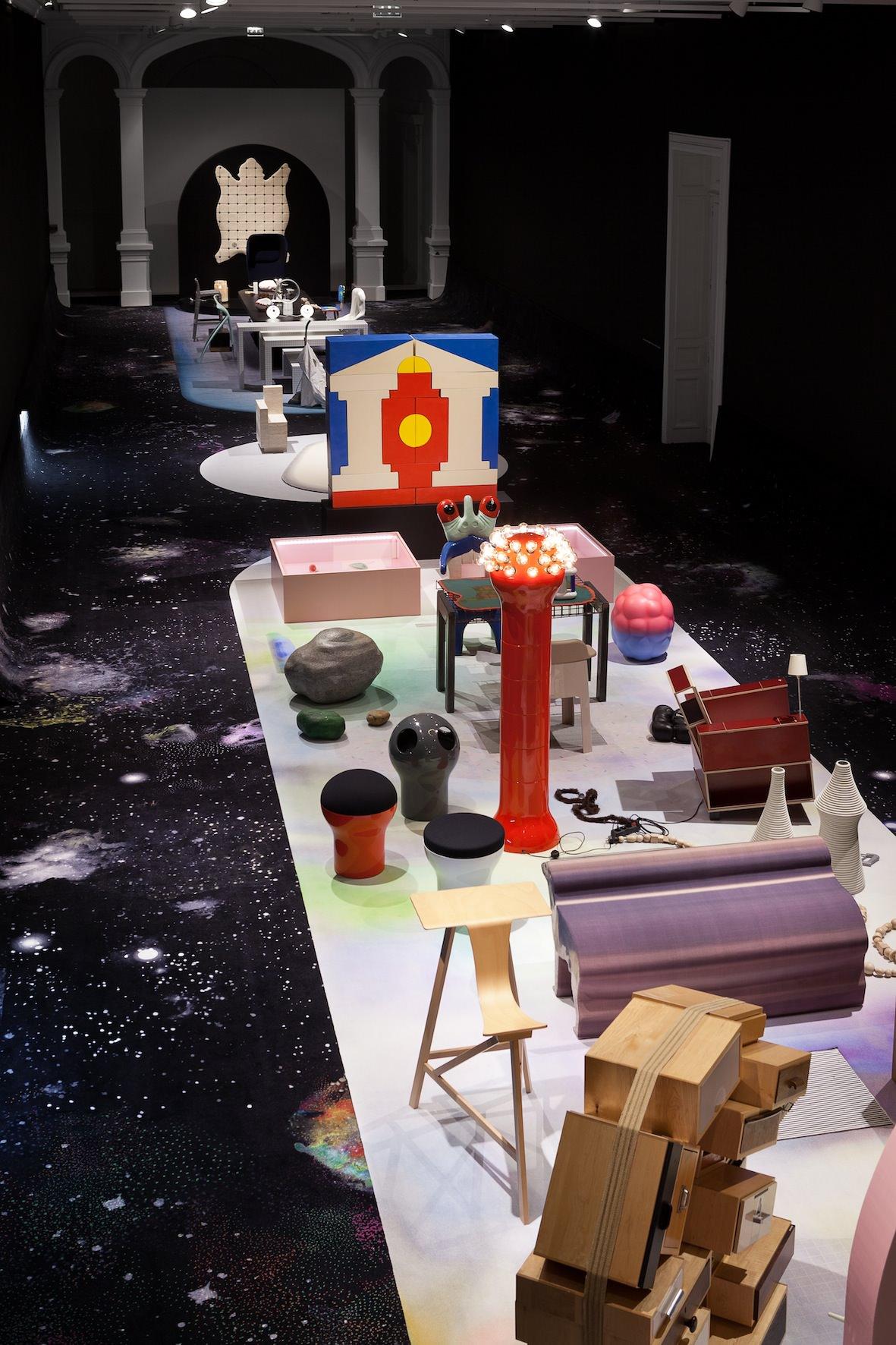 """""""Nous avons construit nos espaces (rassemblant chacun une centaine de pièces) comme des tableaux, comme l'intérieur décalé d'un collectionneur imaginaire"""", explique Juliette Pollet,responsable de la collection design et des arts décoratifs du CNAP.   © Michel Giesbrecht"""