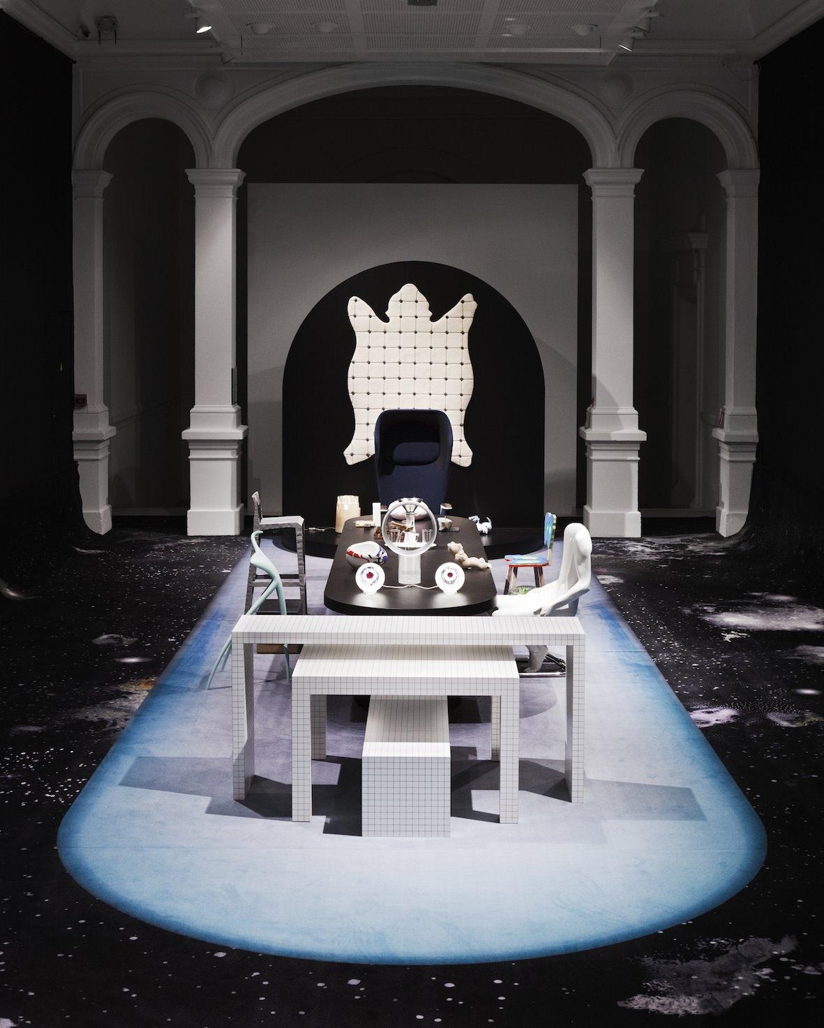 """""""Dans la première pièce, l'Office, se concentrent les appareils ménagers. On pénètre ensuite dans la Salle de réception, puis dans l'Aire de jeux, et enfin dans uneAntichambre, annonciatrice du futur"""",conclut Juliette Pollet. Ce dernier espace fait la part belle aux inquiétudes contemporaines et auxobjets plus étranges qui y renvoient, à travers de très belles pièces de Philippe Starck (Tabouret W.W., 1991), d'Erwan et Ronan Bouroullec (Fauteuil à roulettesWorkbay, 2007) ou encore le tapis Peau d'ours (1983) de Pucci De Rossi placé aucentre.   """"Zones de confort, collection design du Centre national desarts plastiques"""", Galerie Poirel, 3, rue Victor-Poirel, Nancy. Jusqu'au 18avril. www.poirel.nancy.fr  Commissariat : Juliette Pollet, responsable de la collection design au Cnap & Studio GGSV (Gaëlle Gabillet et Stéphane Villard) Scénographie : Studio GGSV"""