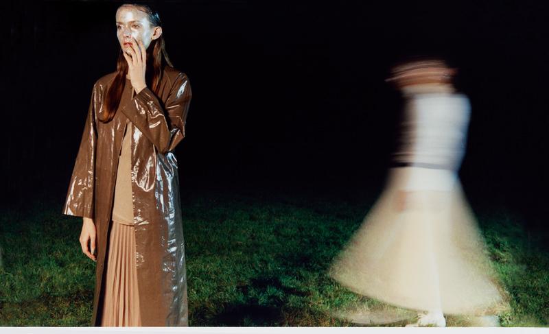 Manteau en pvc, GOLDEN GOOSE DELUXE BRAND. Jupe plissée en coton, ROBERTO COLLINA. Haut en soie, MALLONI. À droite : combinaison en soie, GOLDEN GOOSE DELUXE BRAND.