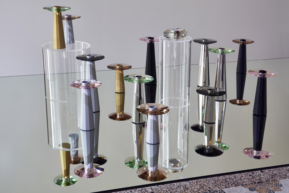 PlinthetDonuts parKim Thomé. Chandeliers en acier inoxydable lourd et anneau en cristal, et chandeliersen cristal.