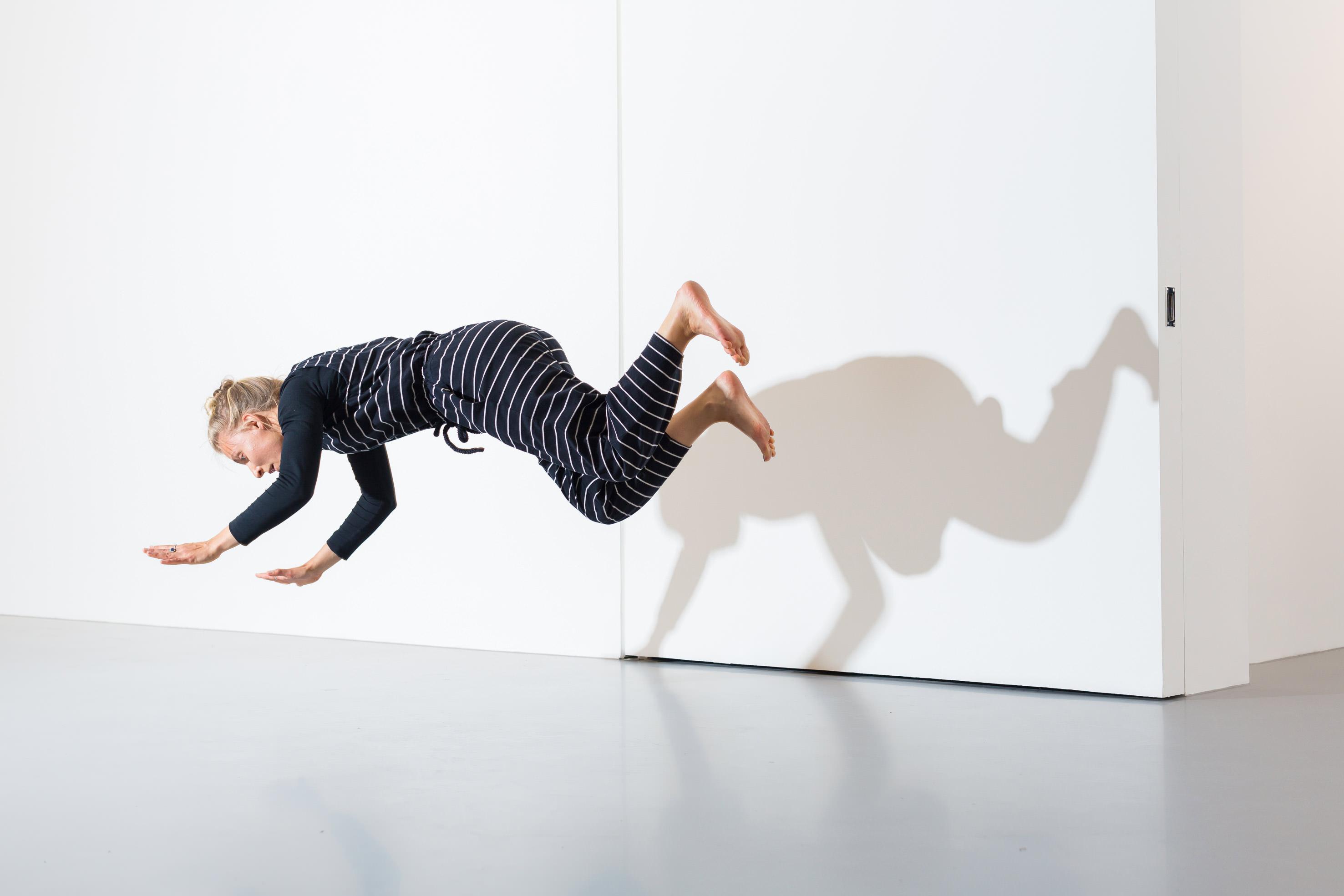 """Performance réalisée au sein du projet """"I am NOT tino sehgal""""à Nahmad Projects.    Francesco Bonami a donc eu l'idée de lancer un appel à candidatures auprès d'une nouvelle génération d'artistes internationaux influencés par la """"révolution"""" Tino Sehgal. Trente performances ont été sélectionnées et sont présentées quotidiennement – une par jour – jusqu'au 20 juillet. """"Les performances ne sont pas forcément liées à des œuvres de Tino Sehgal, nous explique Tommaso Calabro peu avant l'ouverture au public.Mais certaines se sont bien sûr inspirées de sa pièce emblématique The Kiss[une chorégraphie au cours de laquelle un couple reproduit les baisers les plus célèbres de l'histoire de l'art]. Trois performeurs reproduiront par exemple les mouvements des chats les plus célèbres de l'histoire de l'art [rires]."""" L'hommage se permet donc quelques dérisions et prises de distance.    """"AVEC TINO SEHGAL, NOUS ASSISTONS À LA FIN DE L'ART CONTEMPORAIN.""""Francesco Bonami    """"Finalement, nous explique le curateur Francesco Bonami, n'importe quelle situation pourrait être du Tino Sehgal. Vous entrez dans une galerie et un gardien commence à vous parler… c'est du Tino Sehgal! Dans les performances classiques telles que les pratique Marina Abramovic, la mise en scène et l'aspect théâtral vous indiquent clairement qu'il s'agit d'une œuvre. Rien de tout cela avec Tino Sehgal! Ses situations n'impliquent qu'une relation avec au minimum deuxpersonnes, le performeur et le spectateur. Et celui-ci n'est bien souvent pas informé de ce qui se passera, ni où, ni quand. Tino Sehgal a porté la dématérialisation de l'œuvre d'art à un tel point qu'il incarne pour moi la fin ultime de l'art contemporain, celui qui avait commencé avec Marcel Duchamp et qui se clôt donc avec lui. La fin de l'objet est totale."""""""