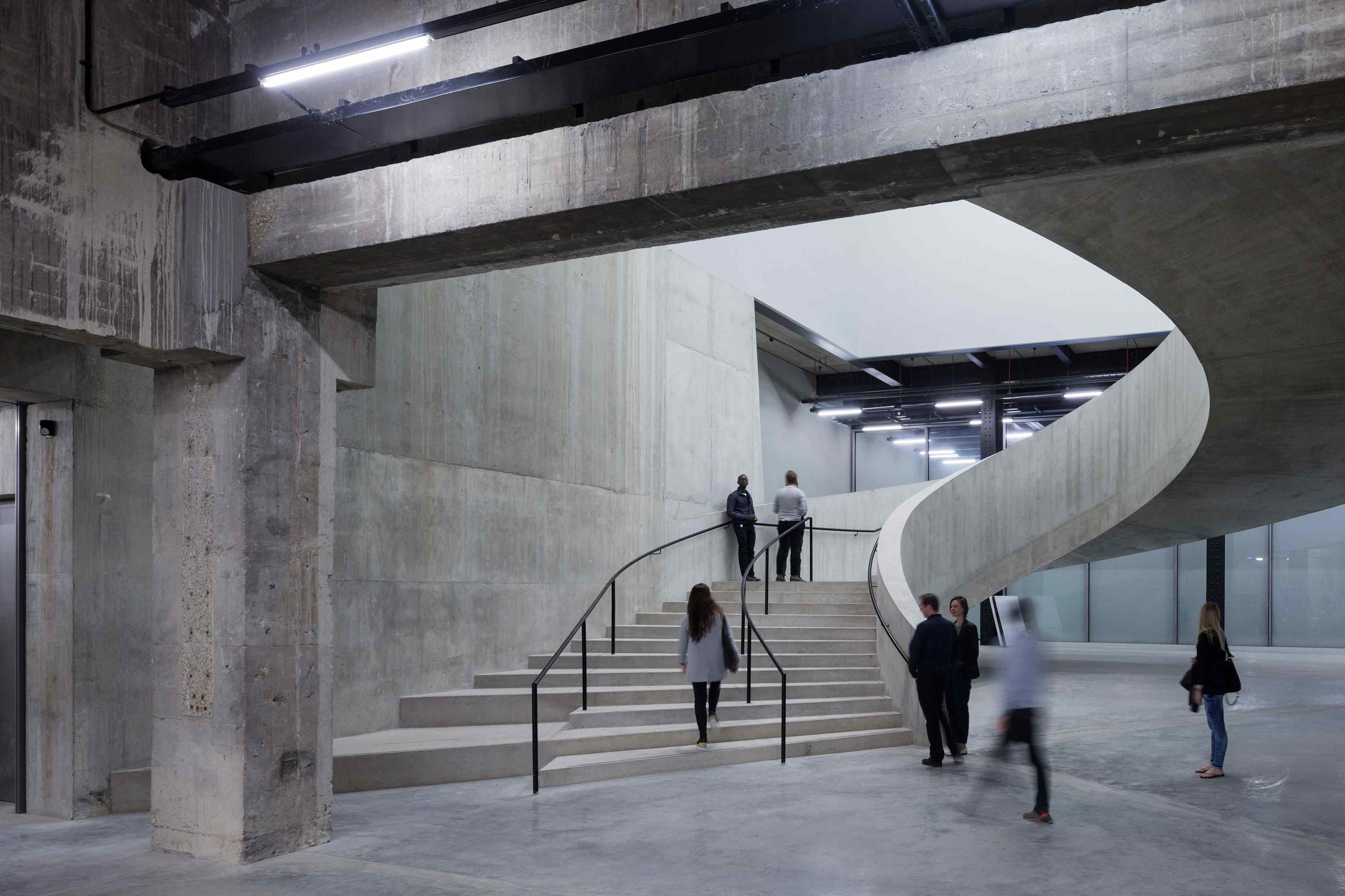 © Iwan Baan   60 % D'ESPACE EN PLUS… PAS FORCÉMENT DÉVOLU À L'ART   Si la nouvelle aile permet au musée d'augmenter de 60 % sa surface, ce gain n'est malheureusement dévolu que partiellement aux lieux d'exposition. Seuls les niveaux 2 à 4 accueillent les deuxexpositions thématiques inaugurales. La première et la plus passionnante, Between Object & Architecture(niveau 2) s'intéresse à la relation entre l'œuvre d'art et l'environnement qui l'entoure. Donald Judd, Rachel Whiteread, Daniel Buren, Cristina Iglesias, Eva Hesse, Rasheed Araeen, Bruce Nauman et Ricardo Basbaum se voient ainsi convoqués. Au niveau 3, Performer and Participantscrute de très près les liens entre art, performance et chorégraphie, alors que le niveau 4 offre une salle impressionante à Louise Bourgeois et un espace bien trop petit à la thématique urbaine (Living Cities). Le reste de l'espace est vampirisé, au choix, par un bar et une boutique au niveau 1, huitascenseurs gigantesques à chaque étage, des escaliers et des toilettes partout, ou encore le restaurant du niveau 9…