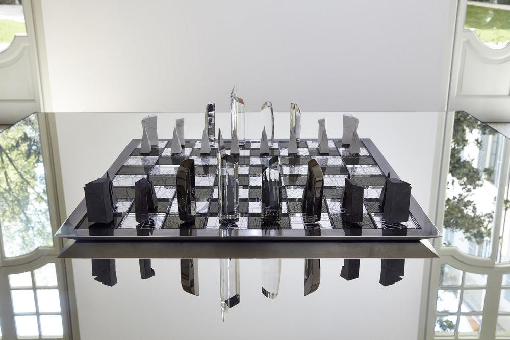 L'architecture et la ville parDaniel Libeskind. Jeu d'échecs de taille championnat,inspiré des buildings du Studio Libeskind,béton, marbre, argent de la Wiener Silber Manufactur cristal Swarovski.