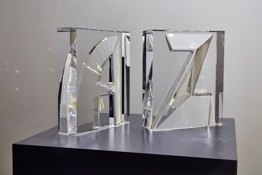Alphabet par Ron Arad. Collection de lettres en cristal.