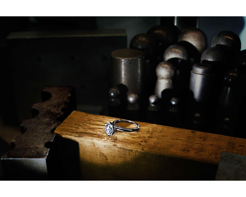"""Créée en 1886 par Charles Lewis Tiffany, la bague de fiançailles """"Tiffany Setting"""" s'est rapidement imposée comme une pièce iconique de la maison et unsymbole de l'amour éternel. Tiffany lui rend hommage en nous invitant à découvrir les artisans à l'œuvre derrière cette pièce d'exception.Le design précieux mais classique de la """"Tiffany Setting"""" vient d'une idée révolutionnaire de son créateur: la surélévation du diamant sur l'anneau, permettant unépanouissement de la lumière dans la bague, et intensifiant son éclat.  Photo : Pari Dukovic"""