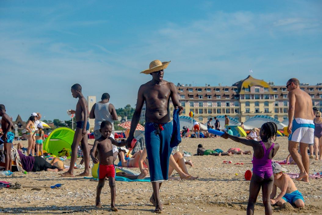 """C'est en postant des photographies prises avec son téléphone de la sublime plage de Deauville sur l'application Instagram que Béatrice Augier a commencé la photographie. Sur Facebook, ces clichés amateurs commencent à avoir une certaine résonnance, à tel point qu'elle décide d'utiliser un véritable appareil photo puis d'en acheter un plus performant.  Pour le festival de la photographie de Deauville, elle présente une exposition de photos de la plage prises l'été dernier où les estivaux se mêlent aux visiteurs d'un jour. """"J'ai voulu faire cette exposition comme un témoignage du fait que la mixité peut être joyeuse et épanouie"""", nous raconte Béatrice Augier.Pleine d'allégresse, ces photos colorées et sensibles nous dévoilent une plage de Deauville rayonnante d'optimisme et detolérance.  www.beatriceaugier.com"""