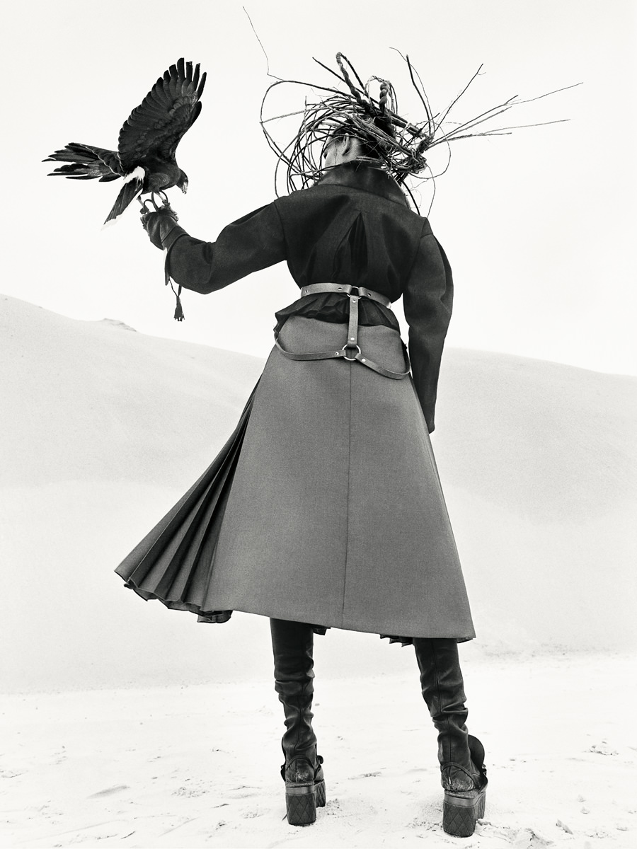 Veste en denim à col de vison imprimé, jupe plissée en laine et chaussures, FENDI. Guêtres, FORTE FORTE. Harnais, ZANABAYNE.