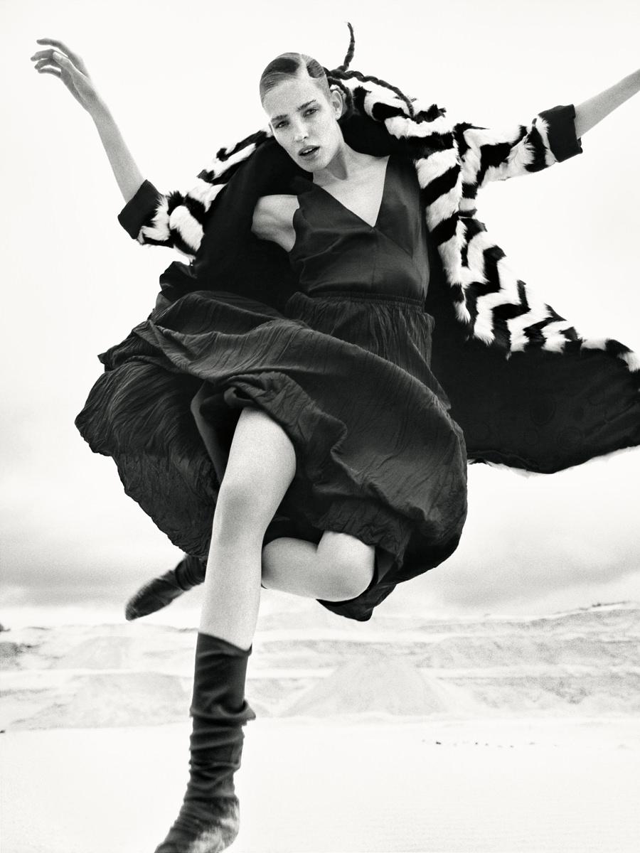 Manteau en chevreau noir et blanc, SIMONETTA RAVIZZA.Robe en satin de viscose mélangé, jupe en soie et guêtres, FORTE FORTE.