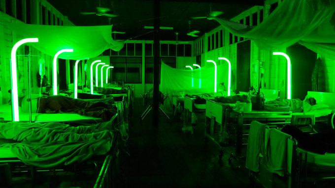 """Cemetery of Spendour(2015) d'Apichatpong Weerasethakul.    Faire l'expérience d'un film du Thaïlandais Apichatpong Weerasethakul,c'est accepter d'entrer dans un autre monde, un pays où les fantômes sortent naturellement des bois la nuit et où la plus belle histoire d'amour se passe entre un soldat et une bête sauvage terrée dans la jungle. Le film qui a valuà Apichatpong Weerasethakul la Palme d'or en 2010,Oncle Boonmee, celui qui se souvient de ses vies antérieures,se proposait ainsi de suivre un homme au seuil de sa vie, visité par les fantômes de ceux qu'il a aimés.On y flottaitcomme dans un rêve envoûtant, pris dans un sommeil sans fin. On s'y ennuyaitaussi beaucoup rétorquaient ceux qui n'y étaient pas sensibles.  Mais dans les films du Thaïlandais, rien ne paraît jamais extra-ordinaire. Le repas familial ou l'apparition fantomatique, la banalité de la vie urbaine ou la bête de la jungle… tout appartient au même écosystème. Tout est filmé avec le même """"réalisme"""". C'est ce regard simple, voire naïf, sur son environnement et ses mystères – sans recherche du sensationnel –qui fascine ou exaspère. Weerasethakul propose une errance poétique dans un monde où s'entremêlent, sans qu'on puisse les dissocier, rêves et réalité. Il invite à en faire le tour du propriétaire. Ces films forment avant tout un voyage au cœur des lieux intimes de l'artiste en Thaïlande, son """"chez soi"""": la jungle, la maison à l'orée du bois, la clinique de son père…"""