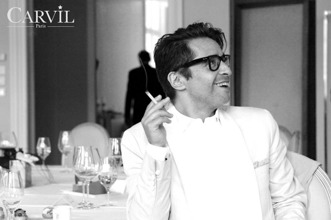 Ariel Wizman, ambassadeur de Carvil.  Ariel Wizman, qui incarne le dandy parisien par excellence, lance deux modèles de mocassins Carvil. Comment est-il devenu votre ambassadeur ? Ariel est très subtil dans son analyse du style, comme en témoigne son reportage Black Dandy –Une beauté politique. Avec son goût pour les pièces exclusives, il incarne cette élégance parisienne qui me plaît, et quand j'ai découvert qu'il venait régulièrement dans nos boutiques, j'ai souhaité en faire notre ambassadeur français.Je rêve aussi d'avoir une ambassadrices comme Christine and The Queens. Elle incarnerait parfaitement l'esprit de la maison. Dans les années 70, Carvil chaussait des icônes comme Brigitte Bardot et Jeanne Moreau. Pourquoi ne pas développer de nouveau une ligne femme.   Quels sont vos projets à plus long terme ?  Pour la première fois de son histoire, Carvil entame une démarche de développement international. Je souhaiterais avoir un artiste qui incarne l'esprit Carvil dans chaque pays. La marque a toujours eu une relation privilégiée avec le milieu artistique et c'est finalement ce dont on se souvient aujourd'hui.  www.carvil.com  Propos recueillis par Léa Zetlaoui
