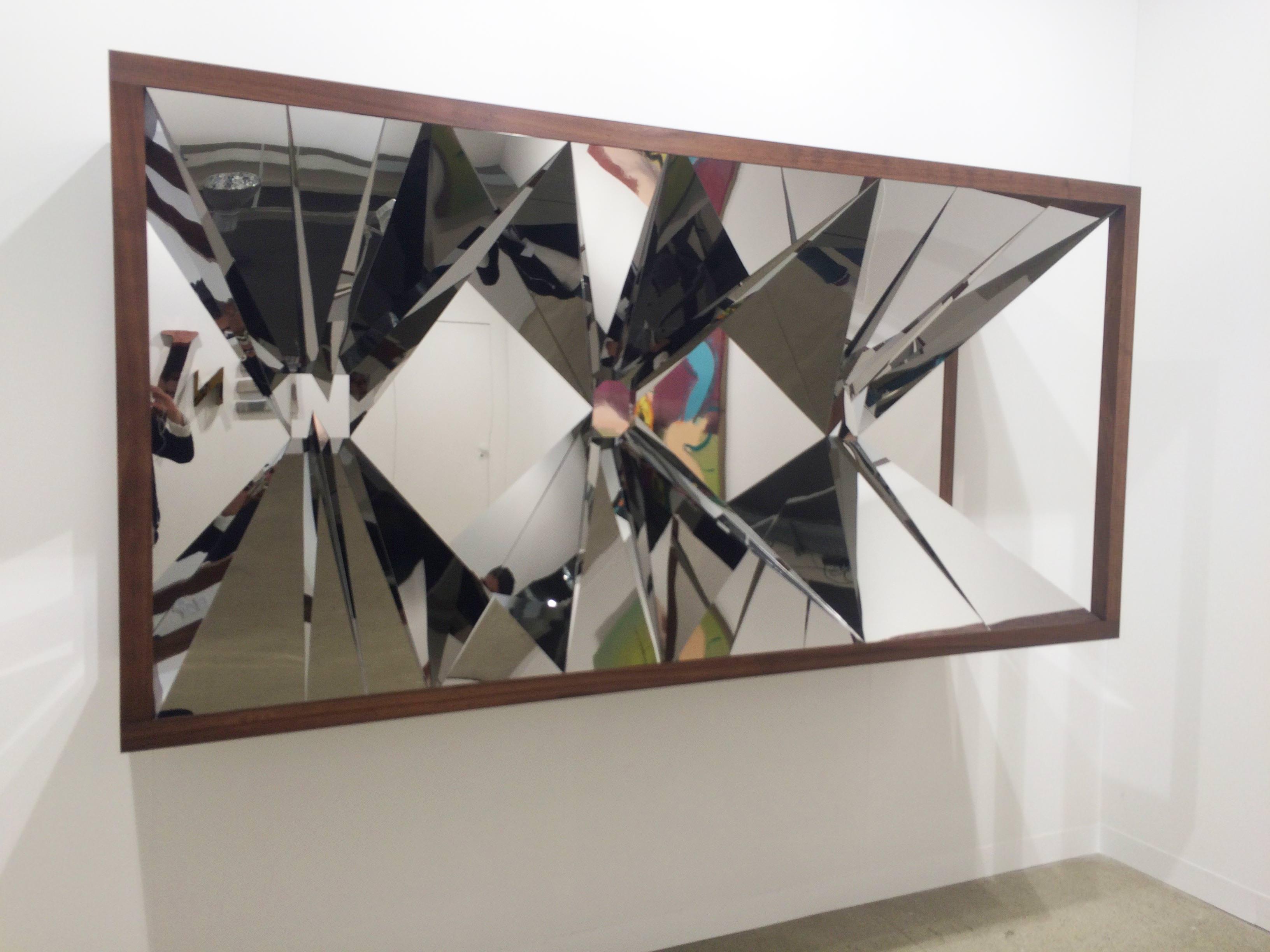 Doug Aitken sur le stand de Regen Projects  Now (dark wood)[2016], bois etacier inoxydable poli, 114 x 231,8 x 67 cm.