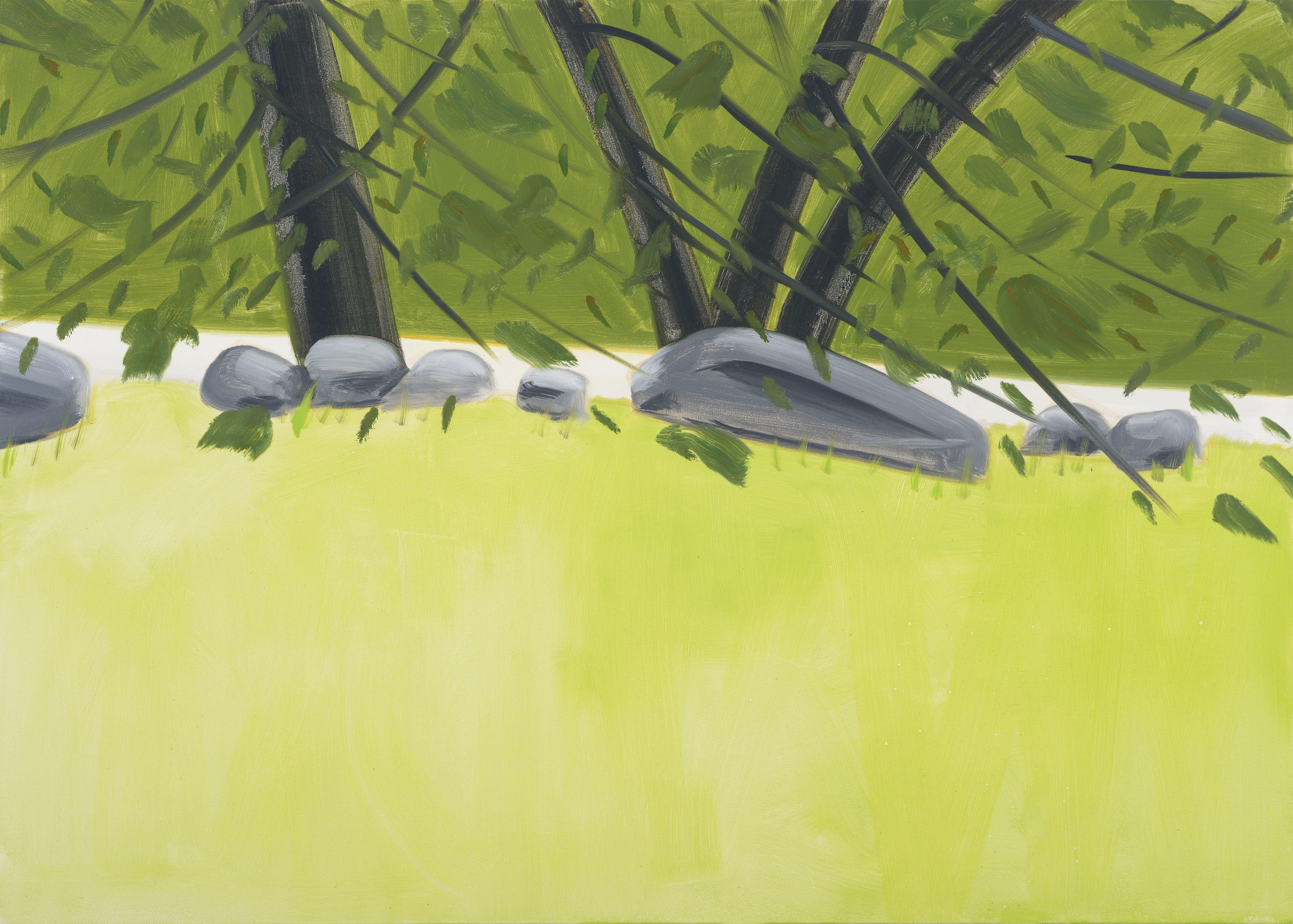 """Four Trees 2 (2015)d'Alex Katz.Photo : Paul Takeuchi. Courtesy Galerie Thaddaeus Ropac, Paris-Salzbourg. © Alex Katz/ADAGP Paris, 2016.  Il faut dire que les sujets de la peinture deKatzont eu matière à déconcerter les spécialistes : il peint, depuis les origines de son travail, ce qu'il voit, ce qui est autour de lui, enregistrant le monde comme une caméra de surveillance embarquée dans son quotidien – une préfiguration picturale littérale du Big Brother télévisé qui colonisera les écrans à la fin du XXe siècle. Ce qu'il voit : ses amis, les garden parties auxquelles il assiste (Réception sur l'herbe, 1989), et la nature dans laquelle est installé l'un de ses ateliers. Depuis 1949, en effet, invariablement,AlexKatzse retire de la fin du mois de juin jusqu'à la fin du mois de septembre dans l'atelier qu'il a acheté dans le Maine, en compagnie de son épouse, Ada, à qui il a d'ailleurs consacré un nombre impressionnant de toiles et qui reste l'un de ses principaux sujets. Depuis cette retraite estivale, il regarde inlassablement la nature, les couleurs de l'eau d'un ruisseau, le dessin formé par les troncs d'arbres dans une forêt. Il ne fait pas d'esquisses. De retour à l'atelier, il convoque ses souvenirs et les retranscrit sur de grands rouleaux de papier, cherchant à restituer un sentiment plutôt qu'une réalité –un procédé qui devait emporter l'adhésion, quarante ans plus tard, de photographes comme Jeff Wall. """"Il est indispensable d'omettre certains éléments pour obtenir une peinture réaliste plutôt que ressemblante"""", confiaitAlexKatzau critique d'art Heinz Peter Schwerfel, qui réalisa plusieurs films sur lui, et le suivit lors de ses voyages qui le conduisent à la fin de l'été de l'atelier du Maine à celui de New York."""