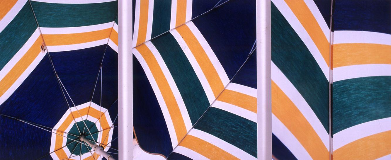 Triptyque des Parasols(2003)deRaymond Hains. Courtesy ofADAGP, Paris, collection FRACBretagne. Crédit photo : Hervé Beurel.