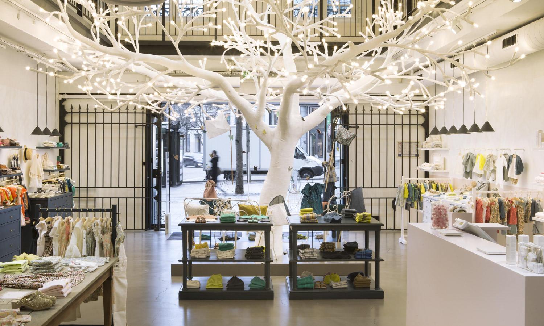 Bonpoint  On ne présente point Bonpoint, maison de couture française spécialisée dans la mode enfantine. Cette année, le label parisien lancé par Marie-France Cohen (également à la tête du trèshypeMerci) souffle sa quarantième bougie et s'installe pour l'occasion sur la plus belle avenue du monde. Désormais sur les Champs-Élysées, le pop-up storeéphémère, sublimé par un arbre lumineux majestueusement placé au centre de la boutique, invite à découvrir son univers empreint de magie.  Pop-up store Bonpoint, 114, avenue des Champs-Élysées, Paris VIIIe, jusqu'au 30 septembre.