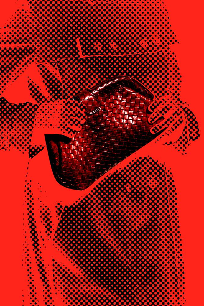 Pourson défilé anniversairecélébrant ses 50 ans, lamaison Bottega VenetainvitaitLauren Hutton à défileren trench beige,une pochette en cuir tressé Rouge Gigolòsous le bras.  Devenue culte en 1980 grâce aufilmAmerican Gigolooù l'iconique actrice accompagnait la star hollywoodienneRichard Gere,la pochette et son fameuxintrecciato(cuir tressé) de Bottega Venetafont désormais partie du patrimoine artistique de la maison italienne.  Entre cuir d'exception, savoir-faire unique et intemporalité, cette pochette-hommage à l'actrice symbolise l'excellence de la maison.