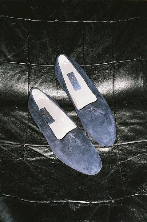 """Mocassins Carvil.  Justement, comment comptez-vous réaffirmer l'identité de la marque ? Nous capitalisons sur son savoir-faire et son authenticité. Tous nos souliers sont fabriqués dans les usines historiques de Carvil, en Italie, qui datent des années 50. Pour les chaussures en peaux exotiques, nous travaillons avec un petit atelier artisanal de la région de Milan.Concernant les matières, j'utilise ducuir souple et élégant comme l'agneau, le kangourou ou le cerf, mais également des peaux exotiques, il s'agit d'un des éléments distinctifs de notre savoir-faire. Par ailleurs, j'ai choisi de signer tous nos modèles de la griffe originelle en soie """"Carvil pour Monsieur"""", utilisée pendantles premières décennies.   Entre la fin des années 90 et aujourd'hui, les tendances et la mode masculine en particulier ont beaucoup évolué, comment inscrire Carvil dans le présent ? Mon travail en tant que directeur artistique de la maison consiste à en faire un chausseur parisien, dans la continuité de ce qu'était Carvil. Je neveux surtout pas suivre les tendances. Je souhaite utiliser les codes de la maison et les matérialiser en souliers de caractère pour faire la différence. Au salon Pitti Uomo, nous avons présenté la collection printemps-été 2017, qui mélange des pièces historiques retravaillées avec des modèles totalement nouveaux réinterprétant les anciens codes.Je pense qu'il existe une véritable attente du client pour des marques authentiquestelles que Carvil, au savoir-faire irréprochable, qui incarnent de vraies valeurs et possèdent un pouvoir de séduction universel."""