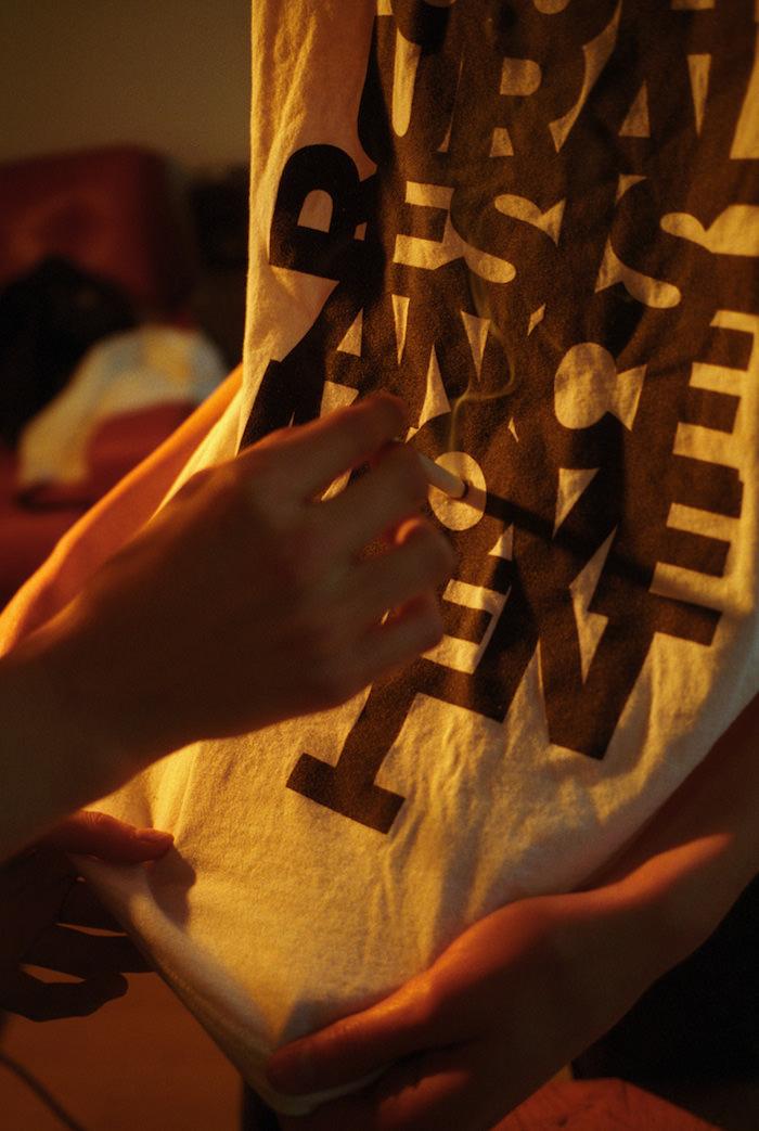 Tee-shirt Each x Other en collaboration avec Jefferson Hack.  3. UN MAÎTRE DE LA DÉCONTRACTION CALCULÉE  Facile de reconnaître Jefferson Hack dans la rue, au restaurant ou au détour d'une rue de Londres… il maîtrise à la perfection l'art de la décontraction calculée: veste portée avec chemise déboutonnée et jean, teddy, Perfectoet autres signes distinctifs de l'éternel jeune cool. Posés sur sa silhouette mince, souvent savamment décentrée, assise de travers, subtilement avachie, les vêtements n'ancrent pas tout à fait son physique un peu lunaire dans le réel du commun des mortels. Bref: Jefferson Hack incarne à la perfection sa marque de fabrique, un certain cool anglais cultivé.