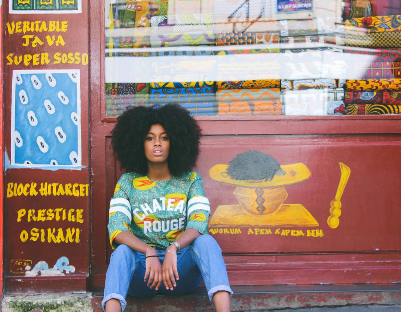 So Wax chez Merci  Merci présente une collection toute en wax, tissu emblématique du continent africain, composée de bijoux, de vêtements, de meubleset objets d'art. Motifs colorés flamboyants ou graphismes géométriques épurés black and white, jus de bissap ou Coca Cola local aux fleurs d'hibiscus séchées, excitez vos sens et take it all in. L'Afrique contemporaine au bout de vos doigts, langue, cils, nez etoreilles.  So Wax, jusqu'au 26 mars chez Merci, 111, boulevard Beaumarchais, ParisIIIe.    Par Clara Blanca et Léa Zetlaoui