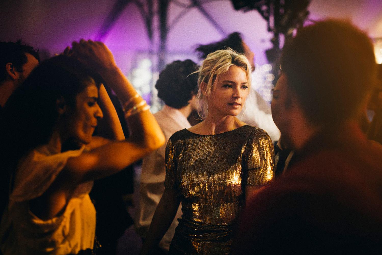 """Une comédie romantique? Au Festival de Cannes? Les traditions meurent et c'est une bonne nouvelle. En ouverture de la Semaine de la Critique, le deuxième long-métrage de la française Justine Triet a amorcé rien moins qu'une double révolution, souriante, légère, et néanmoins résolue. D'abord, en imposant sa vision personnelle d'un genre décrié par les professionnels de la profession cinéphile, plutôt nombreux sur la Croisette. Ensuite, en offrant l'écrin qu'elle méritait à une fille que personne ne pourra plus ignorer: Virginie Efira, blonde Belge aux accents d'actrice américaine années 30, mais qui aurait vu les comédies françaises et américaines les plus audacieuses des années 1970-2000. Imparable combinaison.  La rescapée de Nouvelle Star – elle en fut la présentatrice pétillante – a trouvé sa voie dans ce registre vaste et ambigu. Il y a quelques printemps, 20 ans d'écart l'installait comme une vedette sentimentale bankable face à Pierre Niney. Ce Victoria à la fois virevoltant et profond la pousse vers une autre catégorie, via son personnage d'avocate au bout du rouleau. Une trentenaire en pleine descente sexo-amoureuse, fatiguée d'enchaîner les plaidoiries et les tâches de mère célibataire (elle a deux filles d'environ 5 ans accros à leur Ipad) et dont l'ex vaguement imbécile a entrepris d'écrire un blog """"autofictionnel"""" sur leur relation, tout en dévoilant certains dossiers chauds. Dans son appartement bordélique, elle reçoit des aventures d'un soir sous les yeux de ses enfants et d'un amoureux transi, ex-dealer en voie de rédemption, que l'irrésistible Vincent Lacoste joue avec une bonhommie fragile qui rappelle celle de Christophe Bourseiller– qui incarnait brillamment des ados gênés dans certains films d'Yves Robert comme Un éléphant, ça trompe énormément."""