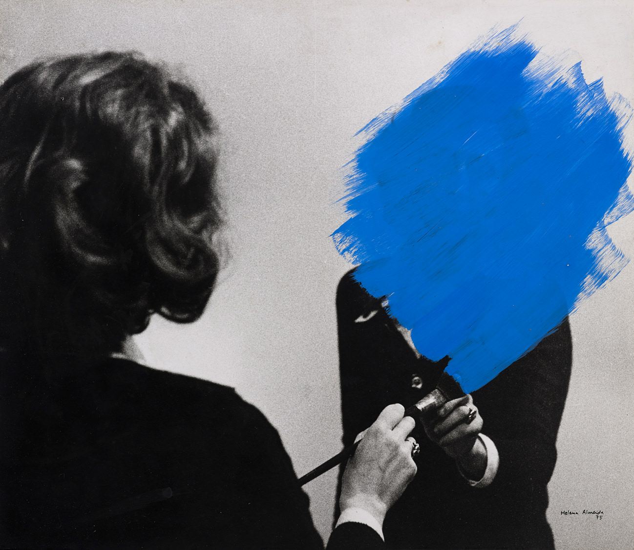 """Pintura habitada(Inhabited painting), 1975.  Seen as one of the most important contemporary Portuguese artists, although barely known in France, Helena Almeida has come to be recognised as a major player of performance art and on theconceptual art scene of the 1970s.  Photography, drawing, painting, video… Almeida's work is as rich as it is complex. By combining genres she's established an artistic code that is both universal and personal: her body becomes a body, private becomes public, her movements a collective dance. Between self-hate and dissimulated narcissism, """"Corpus"""" redefines the frontiers of introspection.    Helena Almeida, """"Corpus"""", from February9th to May 22nd 2016,Jeu de Paume, Paris    By Clara Blanca."""