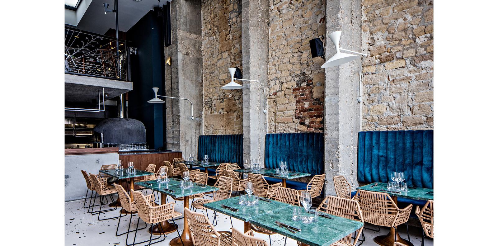 Daroco  C'est dans l'ancienne boutique du créateur Jean Paul Gaultier, nichée dans la galerie Vivienne, qu'Alexandre Giesbert et Julien Ross ont choisi d'installer leur nouveau restaurant italien. Cuisine ouverte, décoration sobre et racée, serveurs en marinière font de ce lieu la nouvelle adresse en vue du centre parisien. On découvre ou on redécouvre des spécialités italiennes comme le poulpe grillé, la burrata, les risottos crémeux ainsi que les délicieuses pizzas, fines et croustillantes, qui ont fait le succès de leurs premiers établissements.  6, rue Vivienne, Paris IIe. Tél. 01 42 21 93 71.
